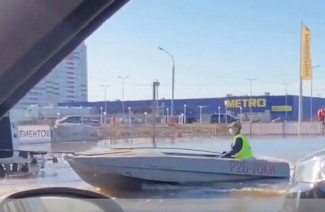 Вятский гондольер: кировчанин передвигался по затопленной улице Московской на лодке