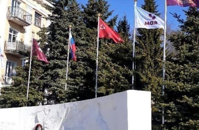 В Кирове после замечания геральдиста были заменены флаги у Вечного огня