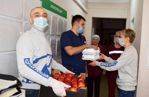 Активисты «Единой России» поздравили работников скорой помощи с профессиональным праздником