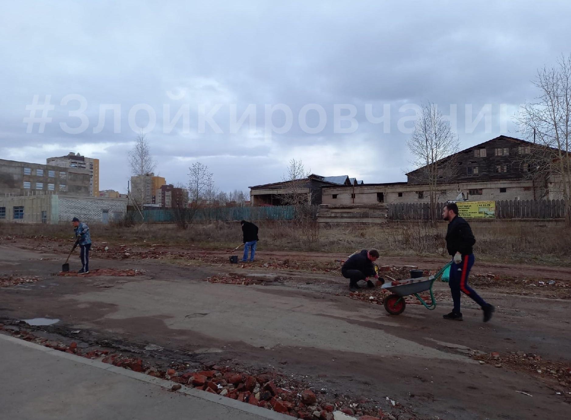 Жители Кирова начали ремонтировать дорогу, не дождавшись мэрии