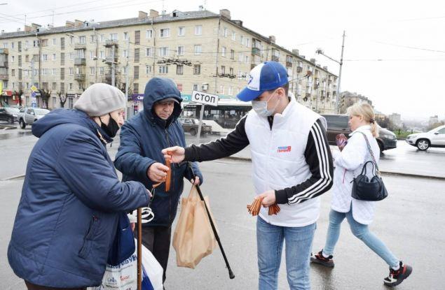 Волонтеры «Единой России» раздали георгиевские ленточки