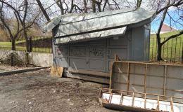 В Кирове рядом с мемориальной зоной Дворца пионеров появился полуразвалившийся общественный туалет за 780 тысяч рублей
