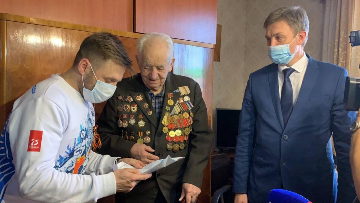 Роман Береснев поздравил ветерана с Днем Победы