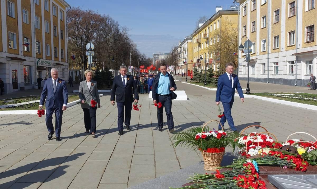 Кировчане возложили цветы к Вечному огню