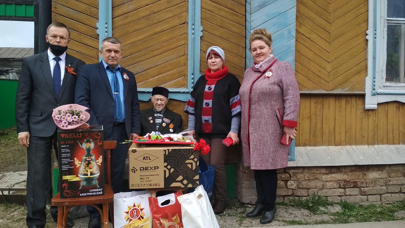 Олег Валенчук поздравил ветеранов с Днем Победы