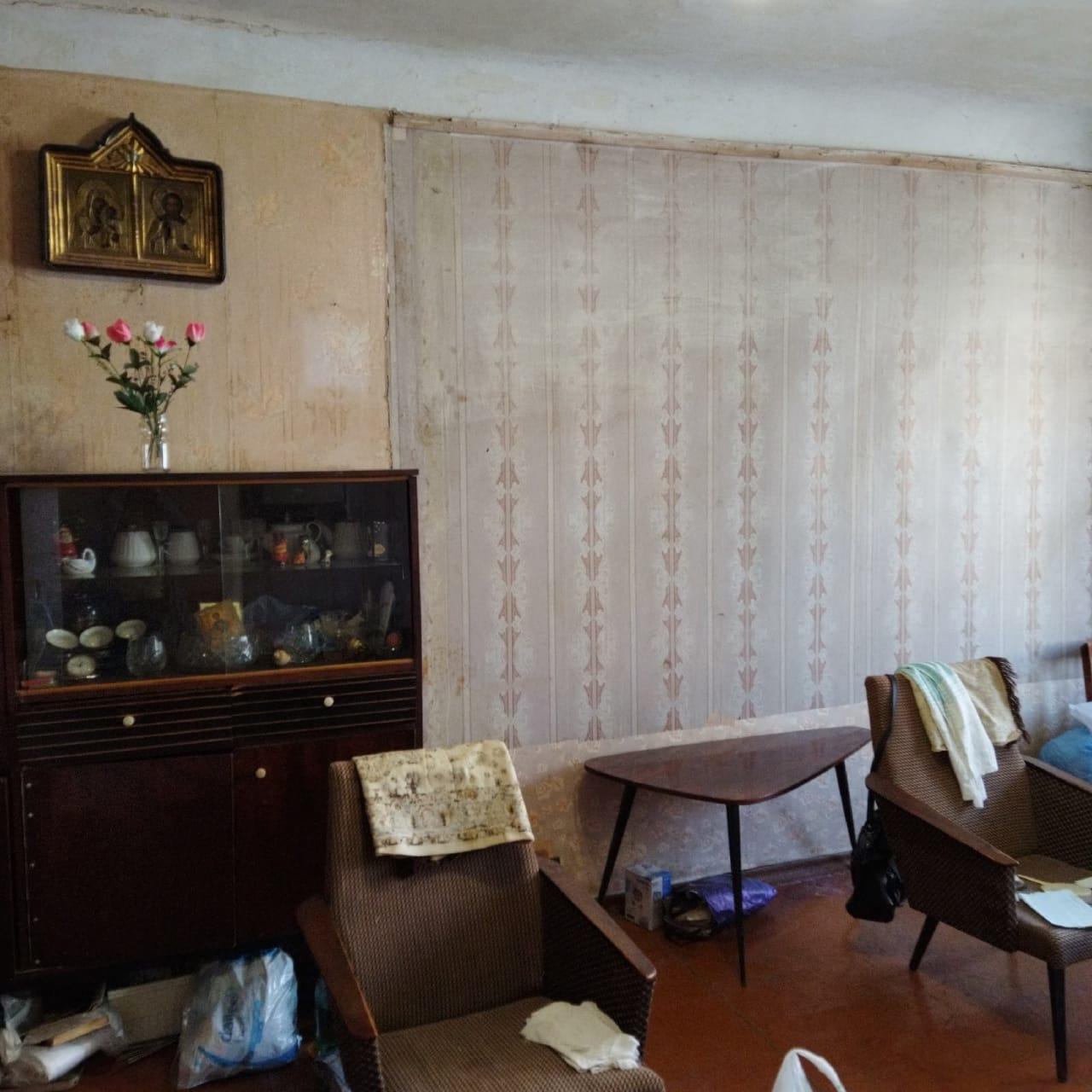 Кировские волонтёры начали ремонт в квартире ветерана труда