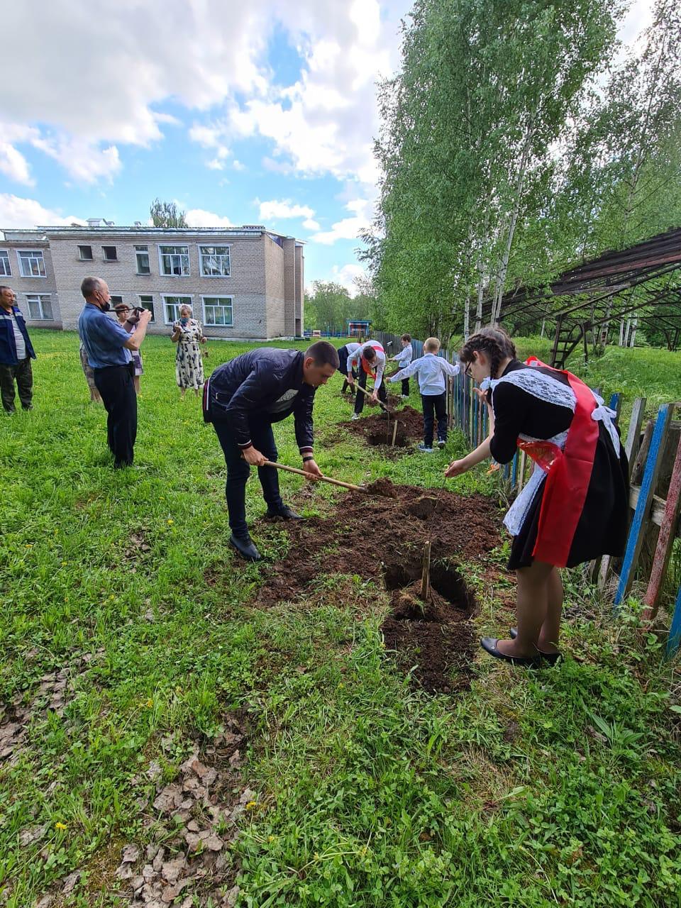 Выпускники Кировской области заложили Сады Памяти