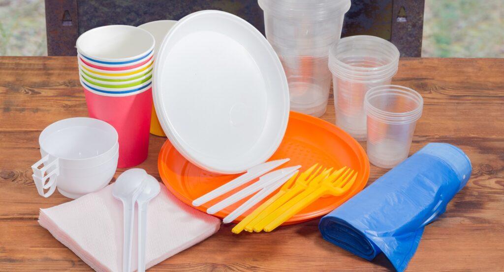 В России хотят запретить одноразовую посуду и ватные палочки