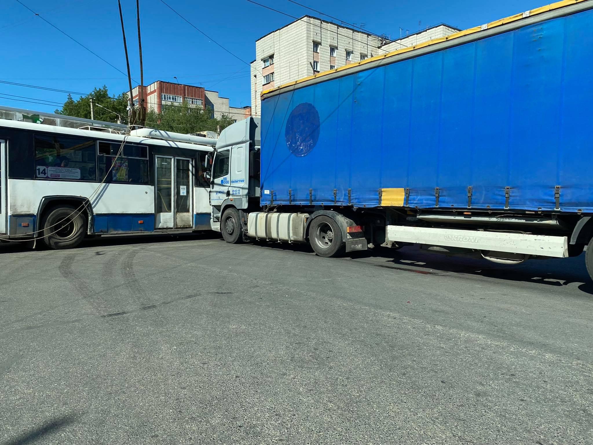 Движение по улице Воровского было парализовано из-за аварии с участием фуры и обесточенных троллейбусов