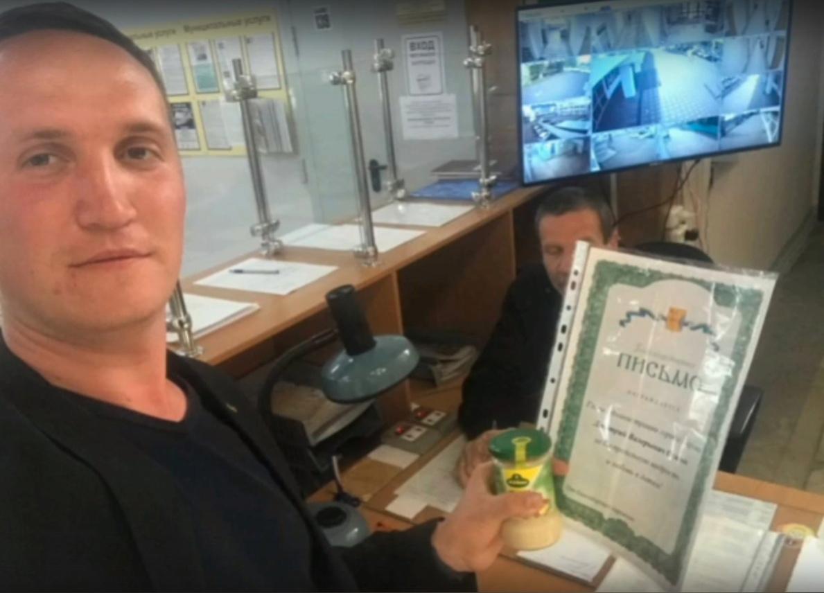 Волонтер отметил любовь главы администрации Кирова к детям грамотой и подарил ему хрен