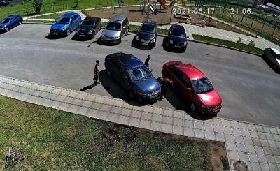 Дети скручивают колпачки с машин. Тренд в TikTok добрался до Кирова