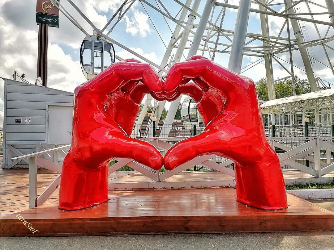 Красные «Руки-сердце» в Кирове встретили неоднозначно