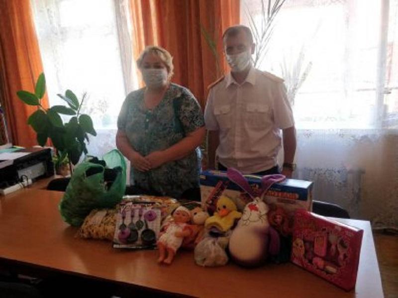 Офицеры кировского следкома принесли детям игрушки и сладости