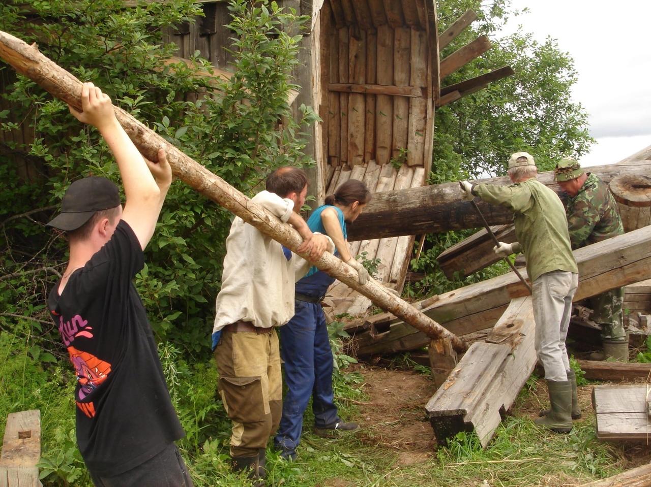 Общественники начали транспортировку разрушенной ветряной мельницы в Киров
