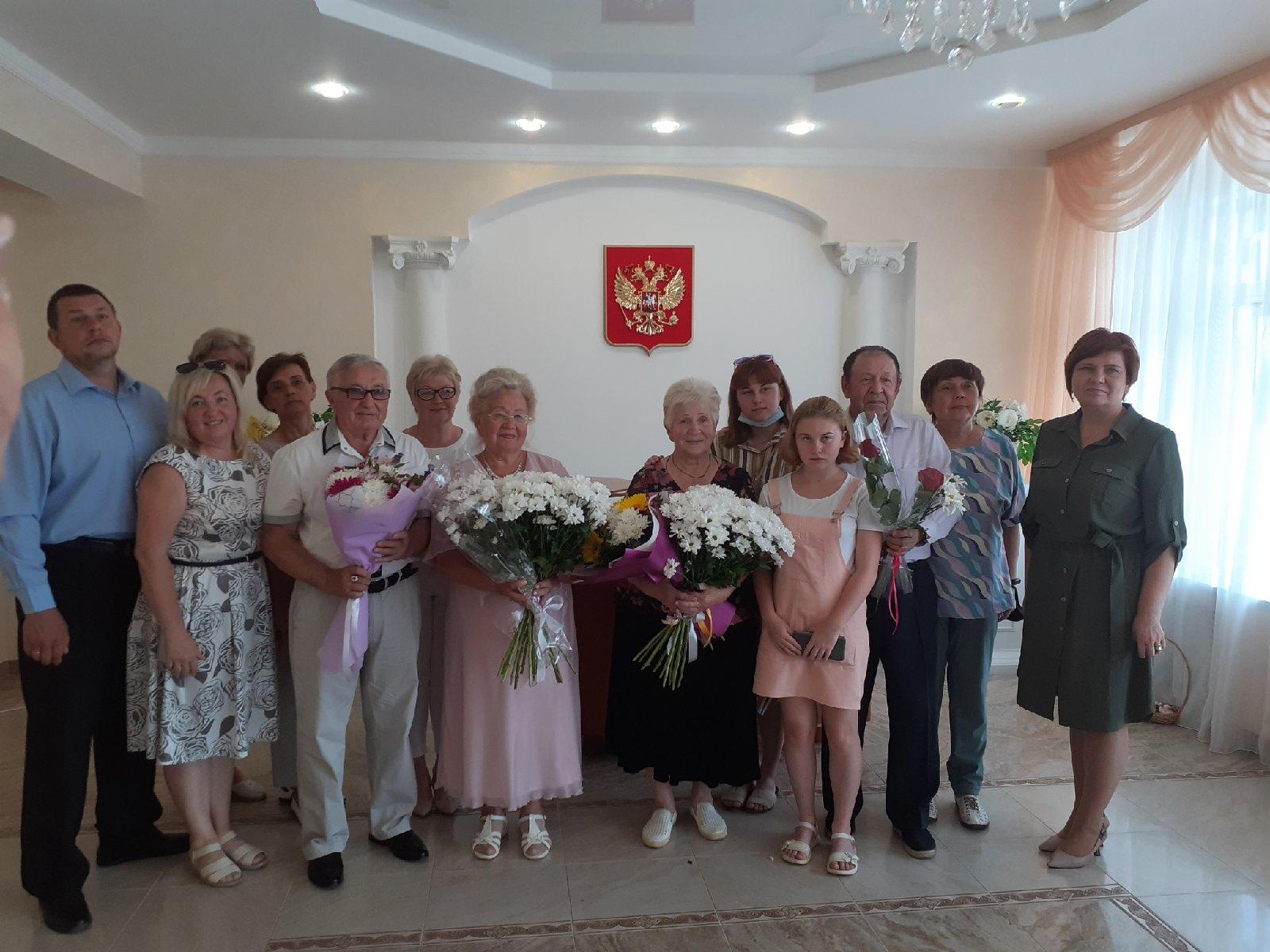 Власти Кирово-Чепецка вручили медали семьям-долгожителям