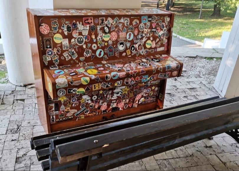 В ротонде Александровского сада установили новое фортепиано