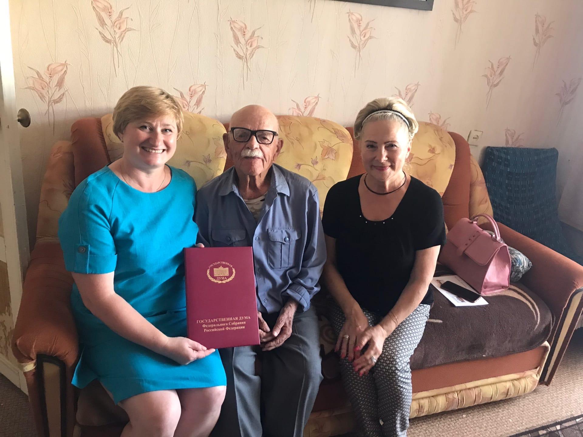 Олег Валенчук поздравил ветерана с юбилеем