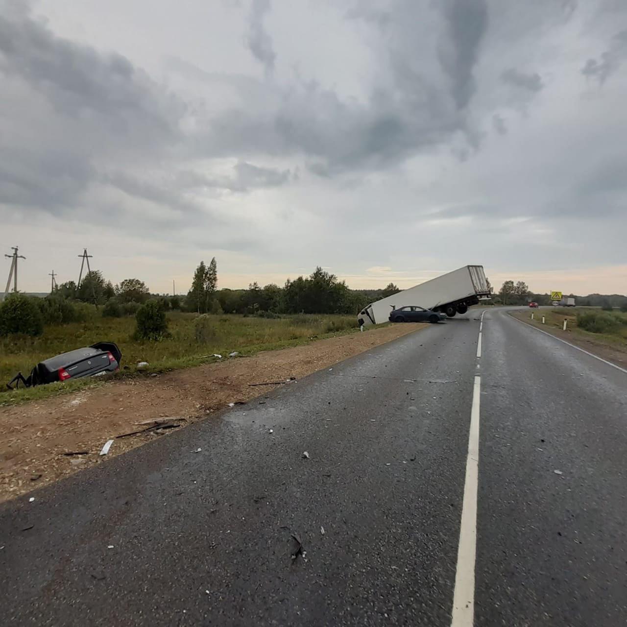 В аварии с большегрузом в Кировской области погиб человек, а также пострадали дети