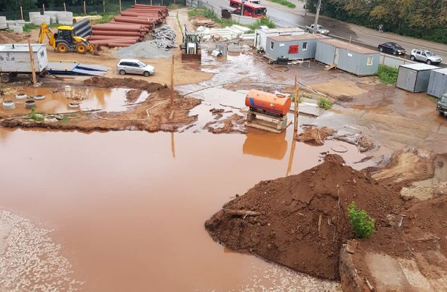 Улицу Сурикова затопило из-за повреждения водопровода