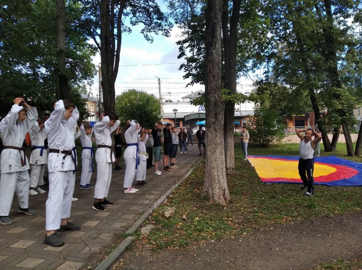В День физкультурника кировчане вышли на зарядку с чемпионом