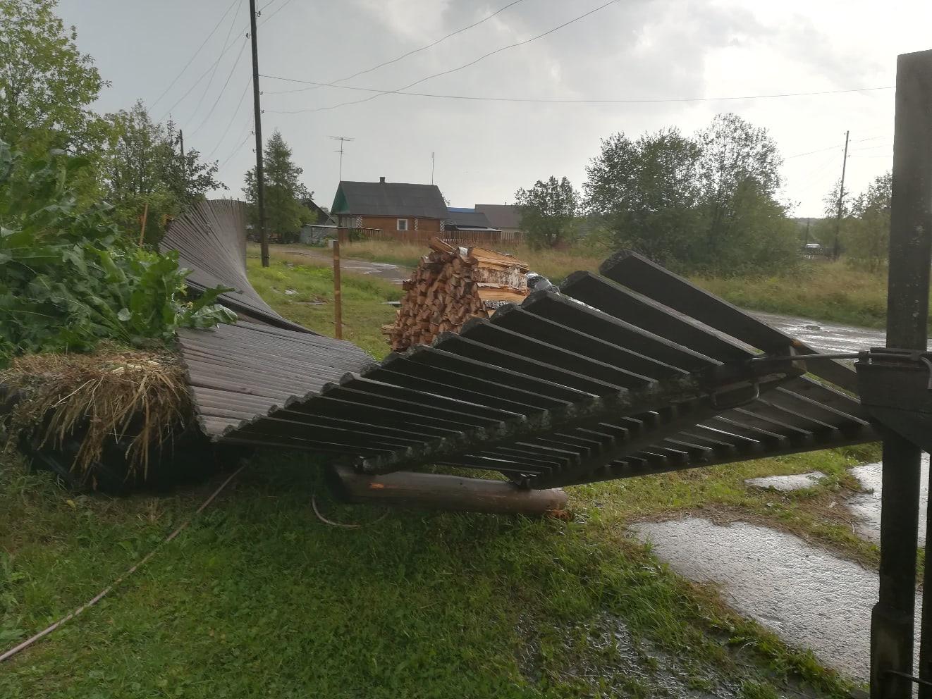 В Мурашинском районе разошлась непогода. Электричество отключено, а теплицы перевернуты
