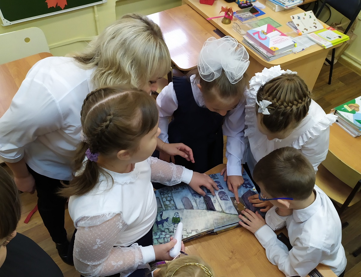 «Т Плюс» подарил кировским детям с нарушением зрения интерактивные книжки