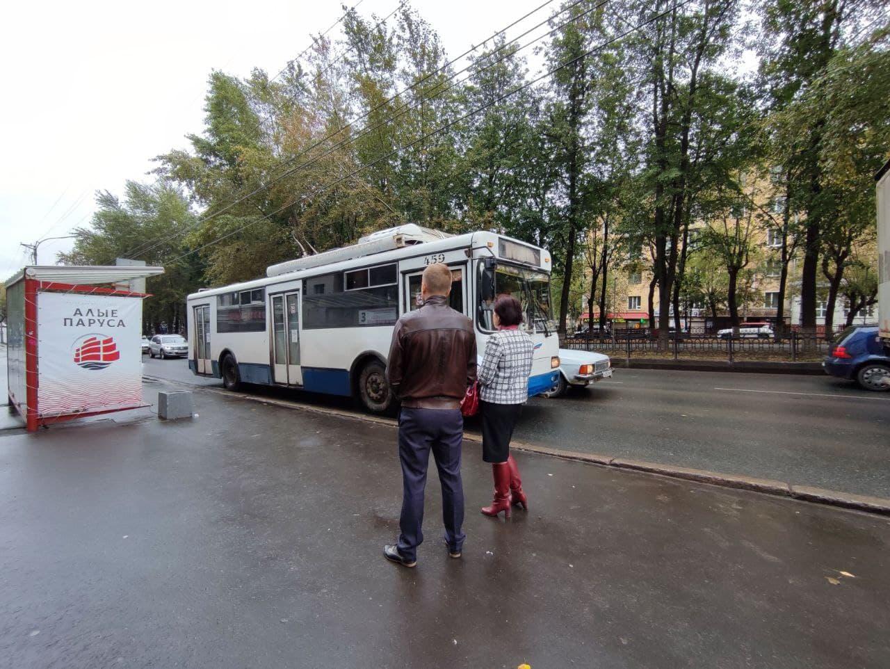 «Над нами смеются». Мэрия не может штрафовать перевозчиков, чьи автобусы опаздывают, и вот почему