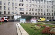К зданию областного правительства съехались пожарные машины