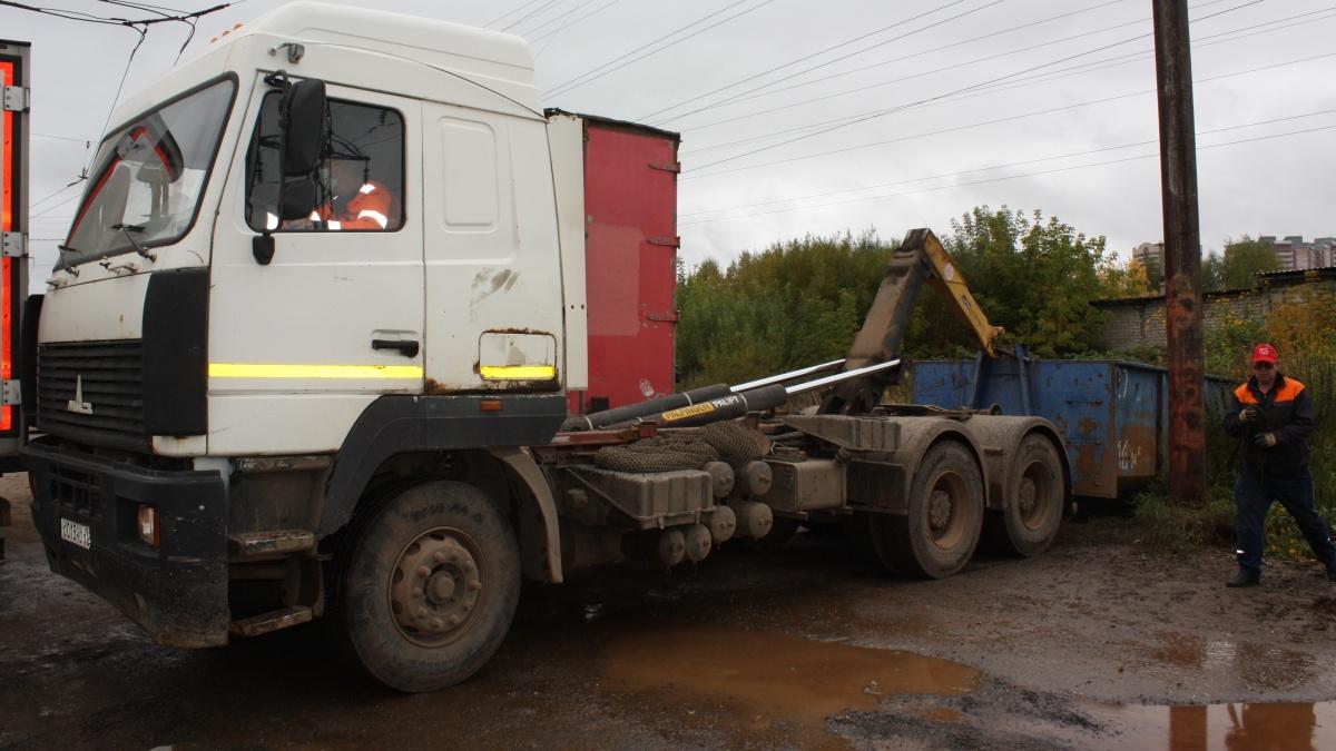 70 бочек с нефтепродуктами были обнаружены и вывезены с улицы Ульяновской
