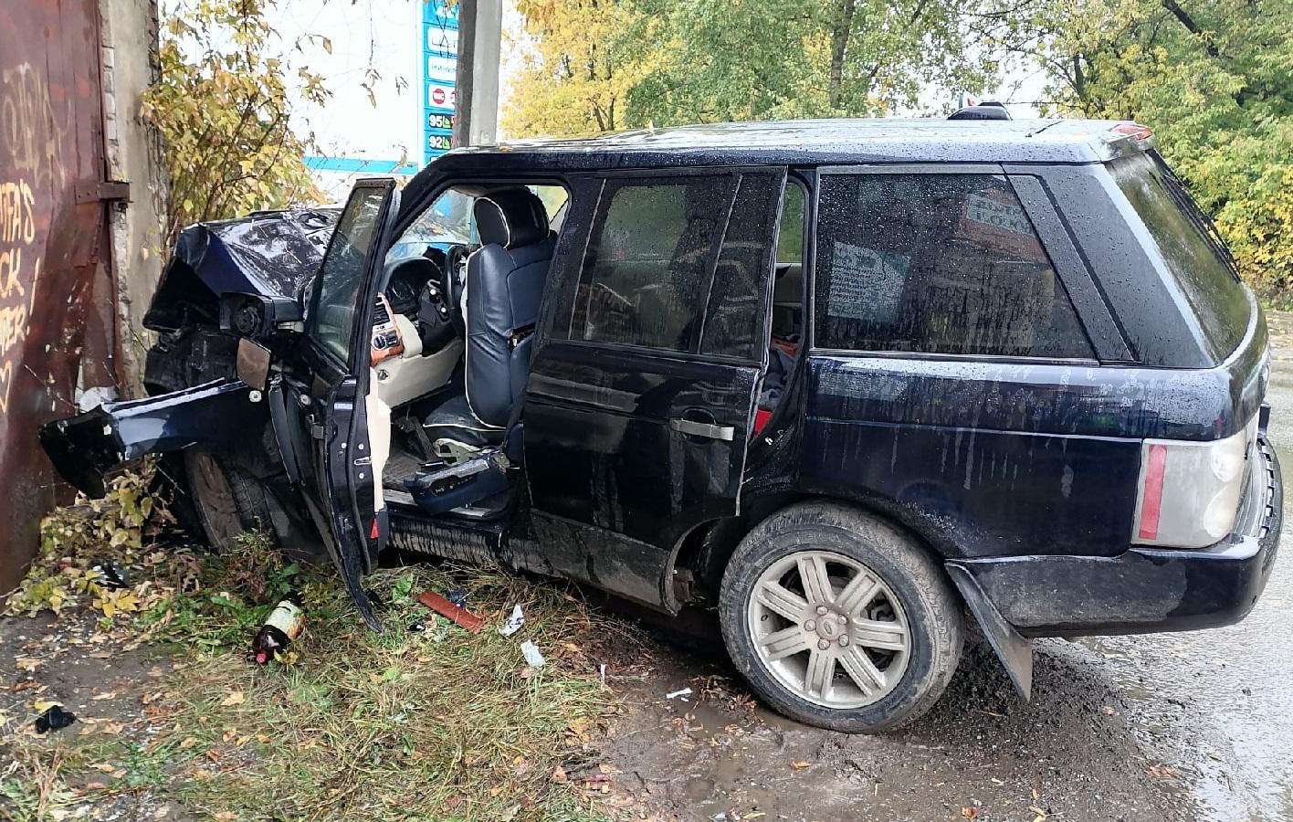В Кирове «Рэндж Ровер» влетел в гараж: пострадали три человека