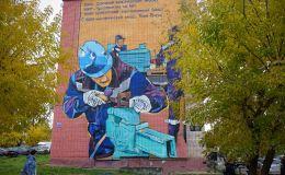 В Нововятске на стене дома появилось граффити с изображением рабочего