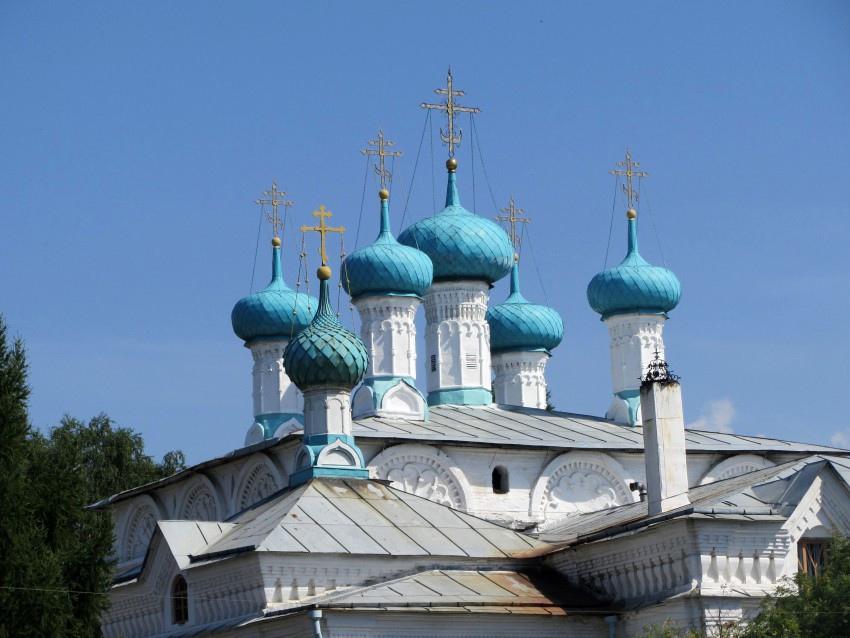 Слобожане протестуют против установки золотых куполов на Екатерининской церкви XVII века постройки