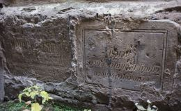 На зданиях троллейбусного парка в Кирове обнаружены могильные плиты