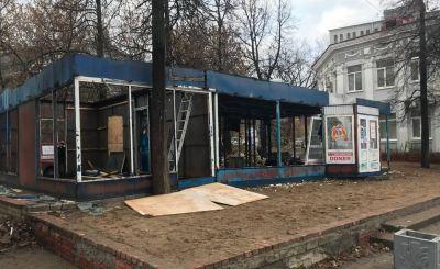 В центре Кирова сносят самовольно построенный киоск с шаурмой