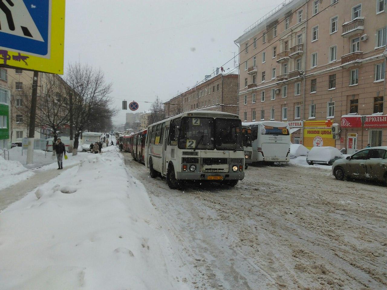 Из-за снегопада в Кирове практически парализовано движение общественного транспорта