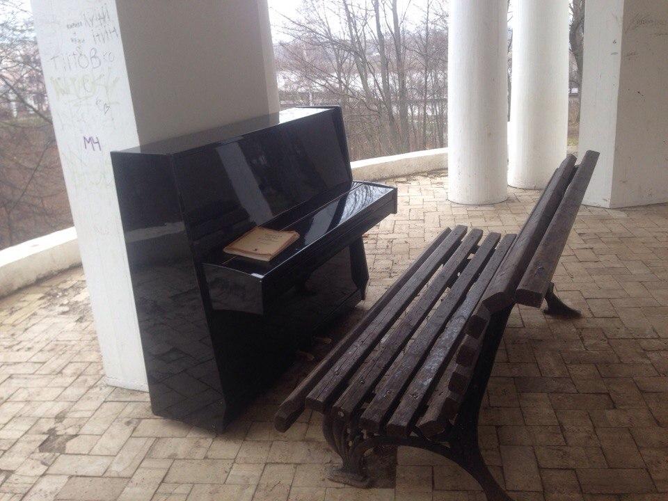 В ротонде на набережной Грина установили новое пианино