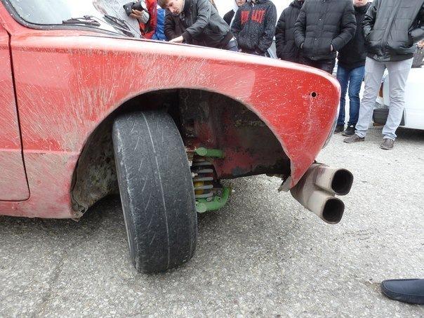 Горе-автогонщики в Кирове устроили дрифт-соревнования на Театральной площади
