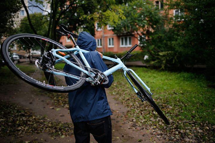 Злоумышленник в Кирове порвал замок голыми руками и угнал велосипед