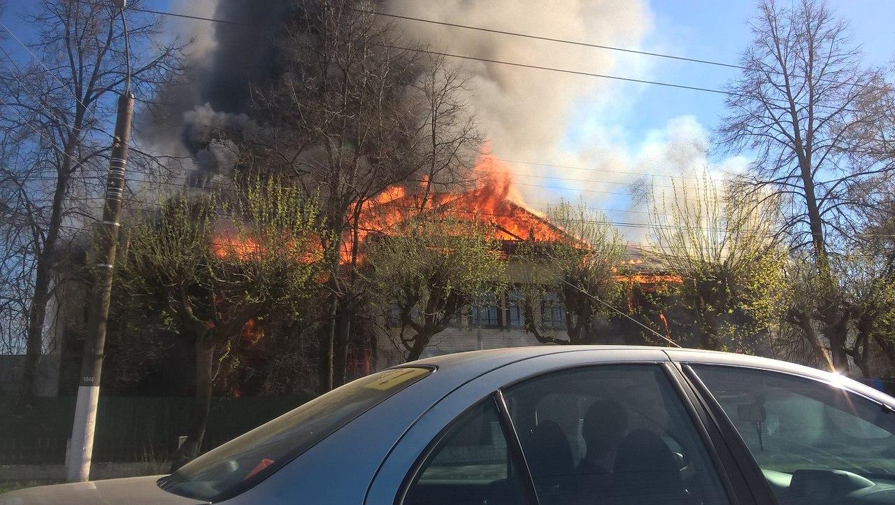64 человека тушили пожар в центре Кирова
