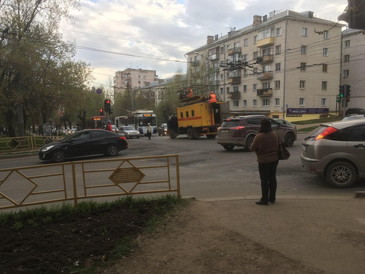 В Кирове произошел обрыв провода контактной сети. Троллейбусы в час пик прекратили движение
