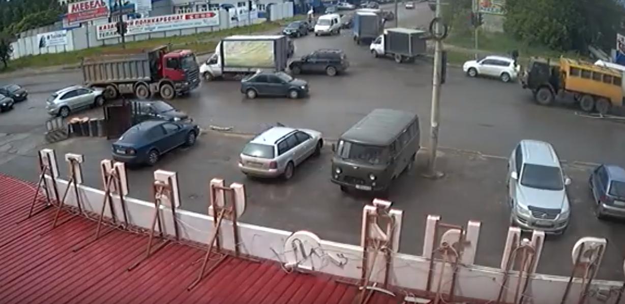 На перекрестке Производственной и Коммунальной произошла массовая авария