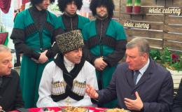 Игоря Васильева накормили пирожками и пловом