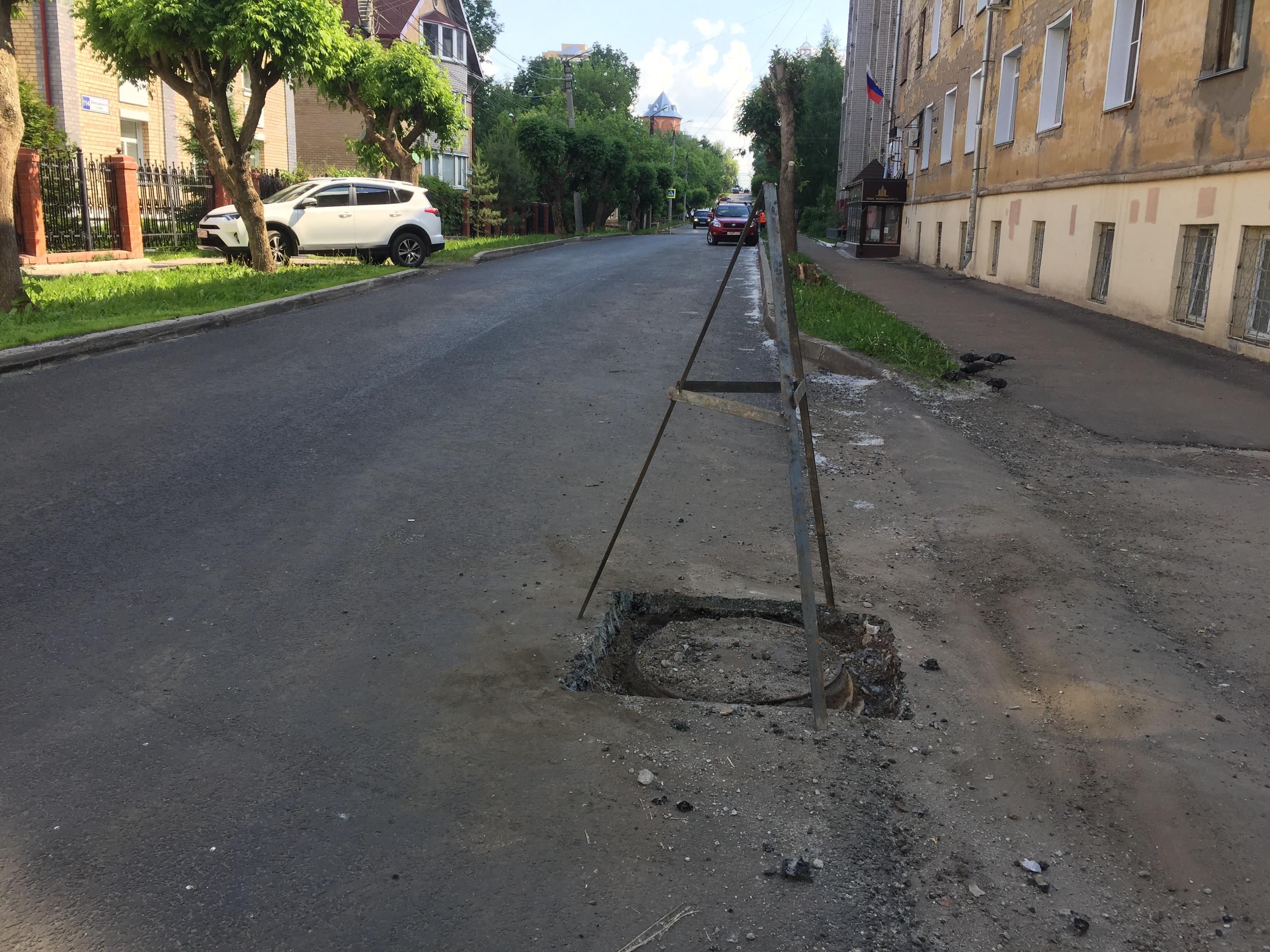 В администрации Кирова обсудили люки, торчащие из нового асфальта