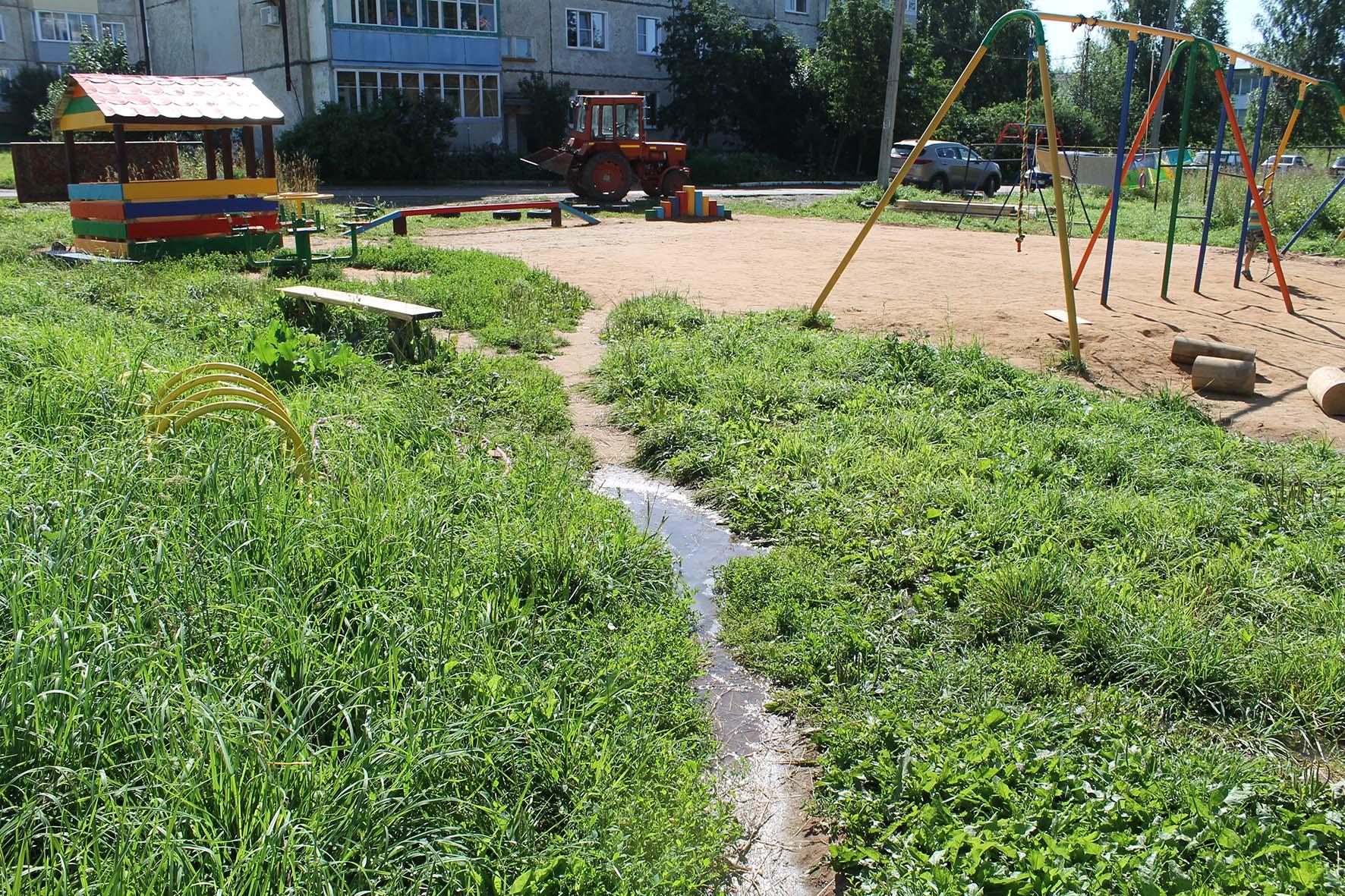 В Кировской области прорвало канализацию и затопило детскую площадку