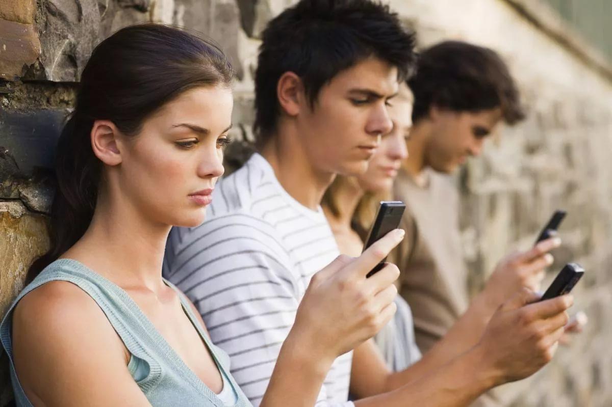 Кировчане засыпают и просыпаются со смартфоном