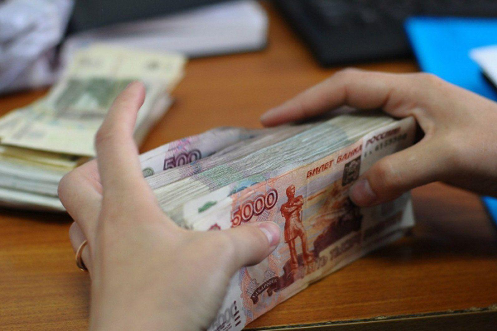 Ежемесячно каждый житель Кировской области платит в среднем 984 рубля налога со своих доходов