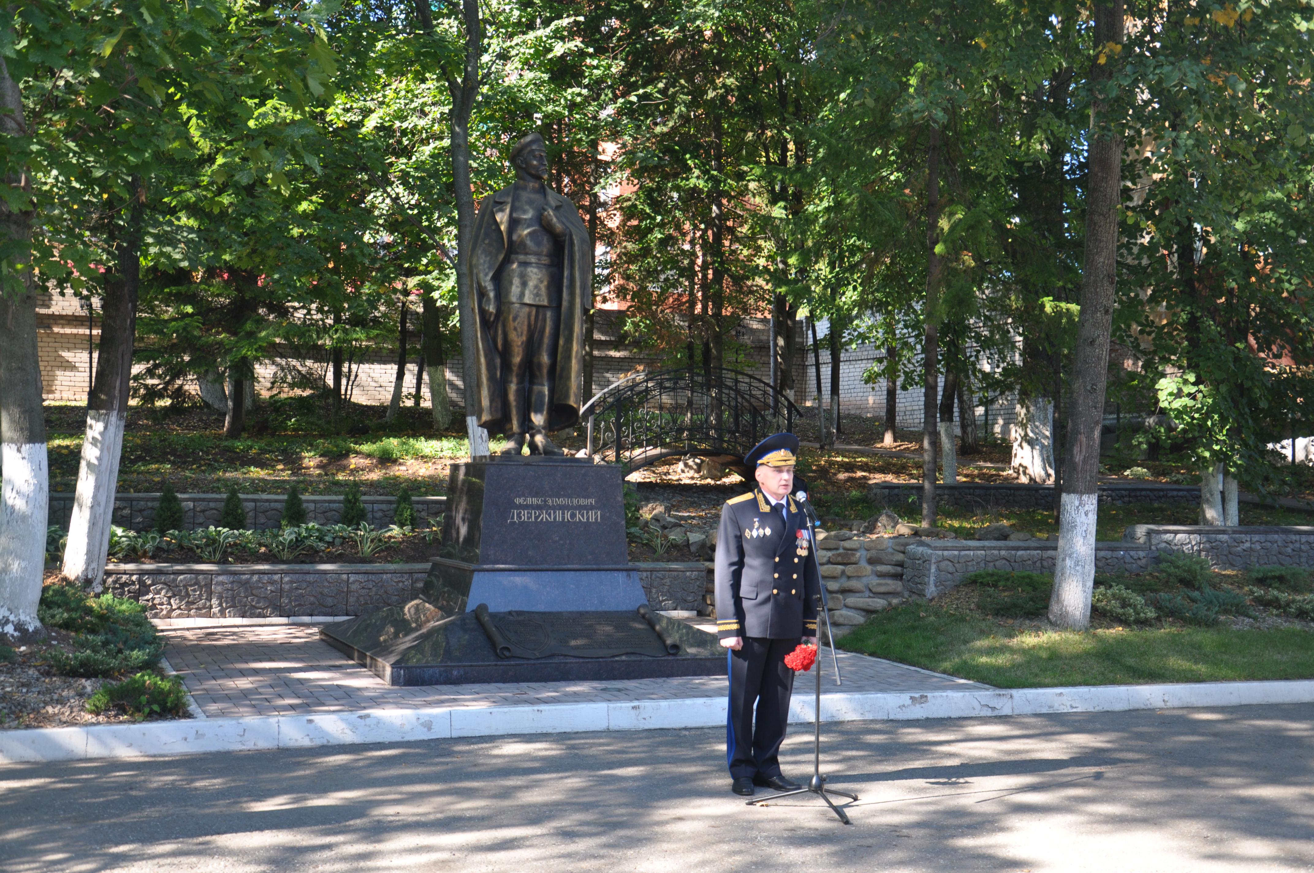 В Кирове возложили цветы к памятнику Дзержинскому