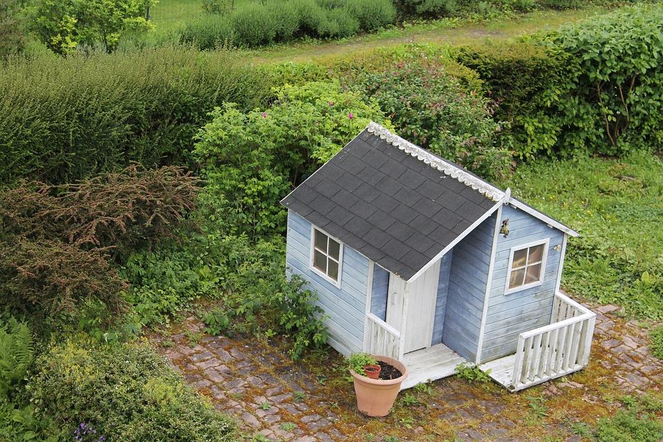 Как построить садовый дом, не мешая соседу