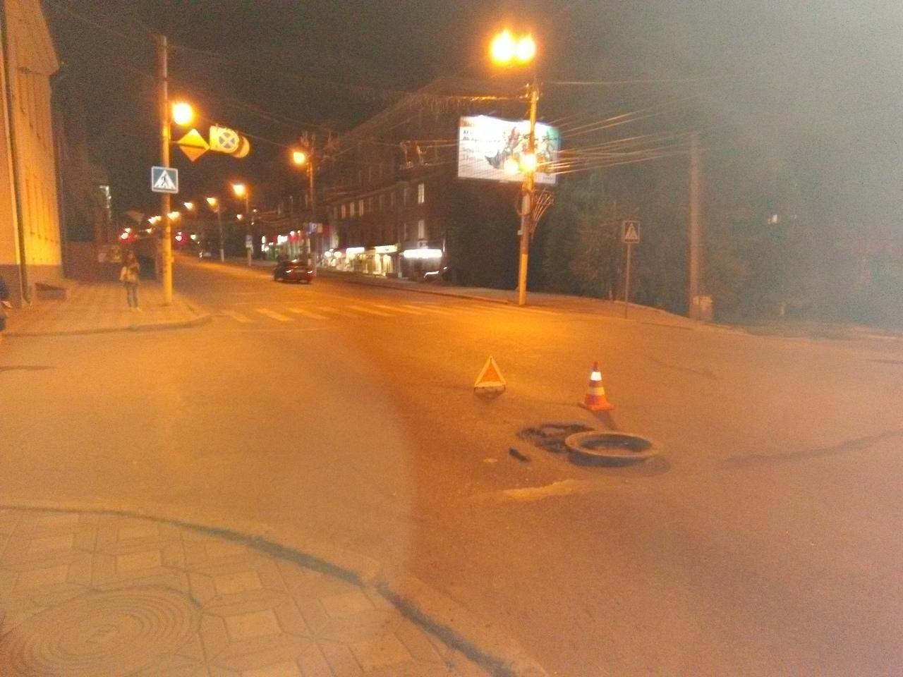 Незакрепленный в асфальт корпус колодца стал причиной ДТП в центре города