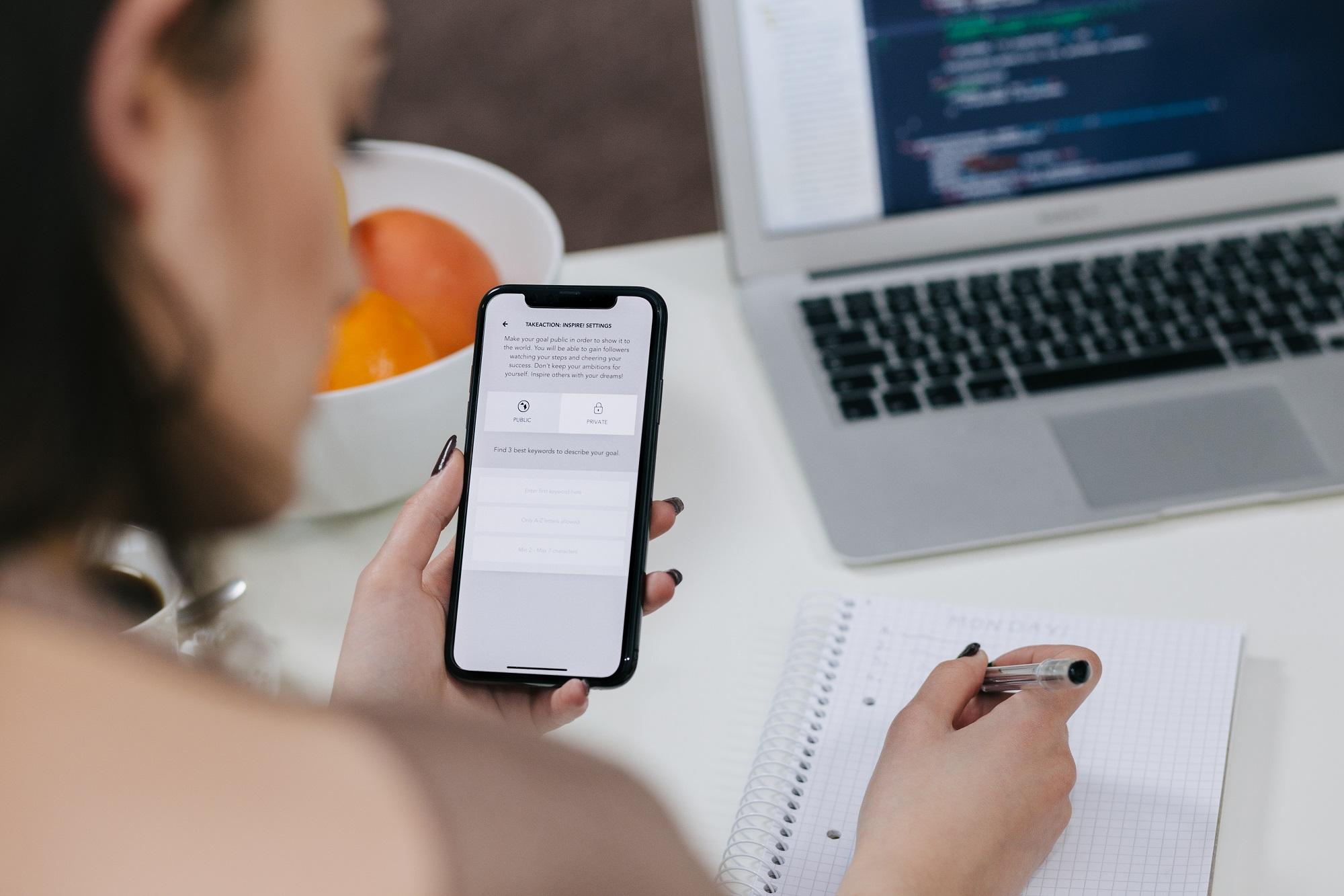 Досконально подсчитано, сколько времени офисные работники проводят в смартфонах